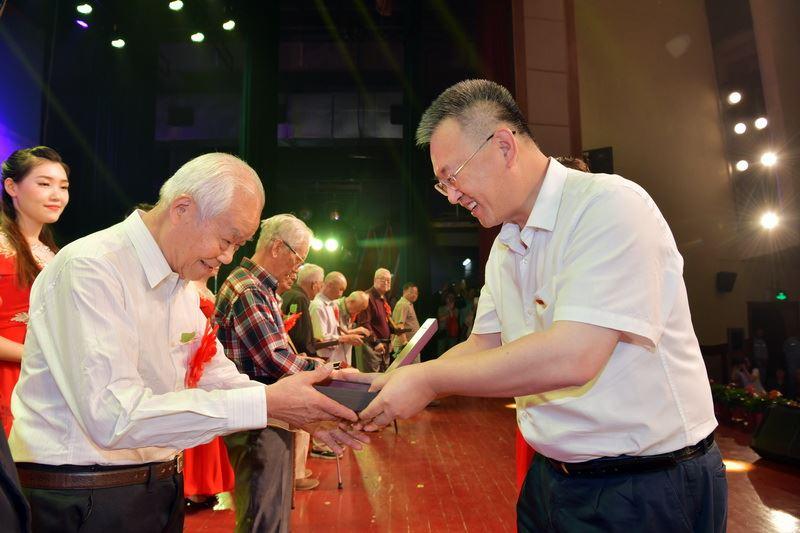 公司举行庆祝新中国成立70周年职..